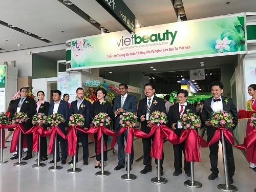 Một số hình ảnh của PGS.TS.BS Lê Hành tại VietBeauty - Triển lãm và Hội thảo thương mại chuyên ngành làm đẹp quy mô quốc tế nhất tại Việt Nam, diễn ra từ ngày 23-24-25/08/2017 tại SECC.