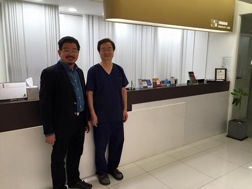 """PGS TS Lê Hành chia sẽ: """"Lần đầu tiên mổ biễu diễn ở Hàn Quốc, Vương quốc của Phẫu Thuật Thẩm Mỹ- Phẫu thuật trẻ hoá vùng thái dương giữa mặt; bệnh nhân lại là thân nhân của một chuyên gia về Pt TM vùng mặt! Thật căng thẳng, khó, đầy trách nhiệm nhưng cũng quá hấp dẫn lý thú! Truyền hình trực tiếp ra hội trường! Mổ tại Shimmian clinic của Pr Dong Hak Jung! Được sự hỗ trợ tối đa của các đồng nghiệp về vật chất cũng như tinh thần ! Ca mổ đã diễn ra nhẹ nhàng, song suốt như mong đợi""""."""